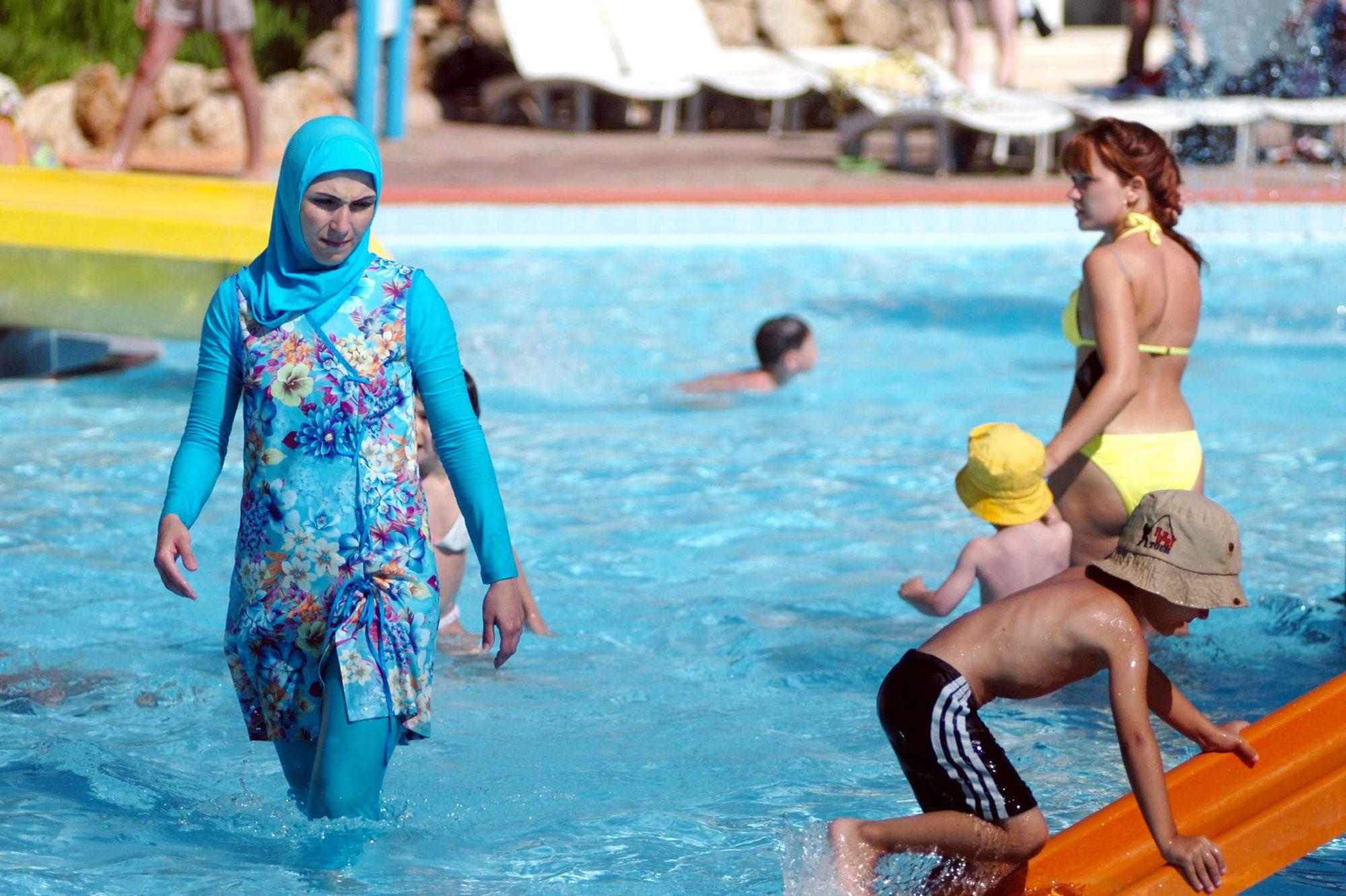 Exigen multa a piscina de Granada por expulsar a mujeres en burkini