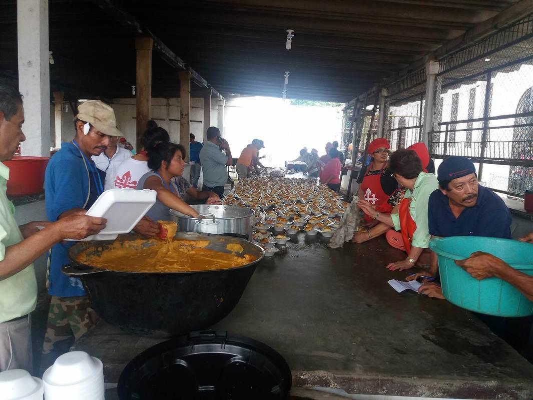 Familias de las carretas peregrinas atendidas con almuerzo en la Plaza Santiago