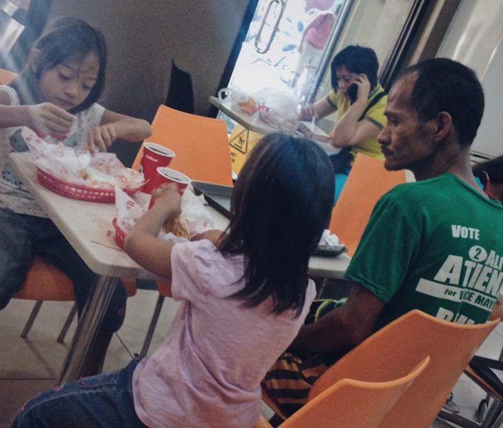 Padre ve comer a sus hijas, porque no tenía más dinero para otro almuerzo